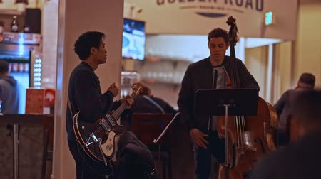 músico : A group of young musicians playing in a cafe
