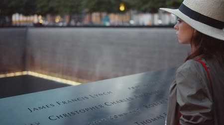 фонтан : Attractive young woman in hat at the 911 Memorial Стоковые видеозаписи