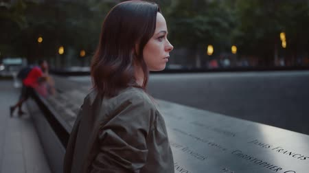 запомнить : Young woman in the park at the 911 fountain in New York Стоковые видеозаписи