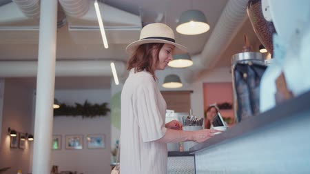 kávézó : Smiling girl at the counter in a cafe in New York
