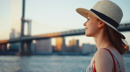 на камеру : Smiling girl at Manhattan Bridge in New York City on vacation