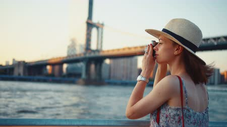 macchina fotografica vintage : Young tourist taking photo at Manhattan bridge in New York Filmati Stock