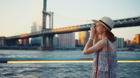 macchina fotografica vintage : Young girl taking photo at Manhattan bridge in the evening