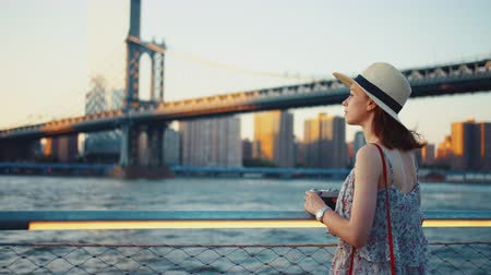на камеру : Young woman at the Manhattan bridge in the evening Стоковые видеозаписи