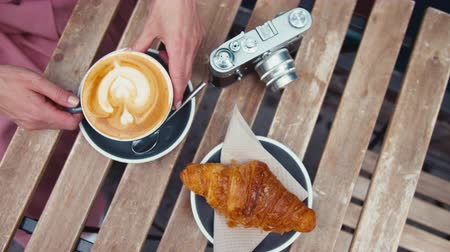 lichaamsdelen : Tourist breakfast of coffee and croissant on a wooden table