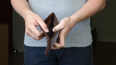 hiç kimse : Casual Man Removes Wallet With No Money