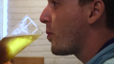 ivászat : Stock video footage restaurant man drinks beer