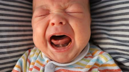 špatně : Mouth of crying newborn baby slow-motion