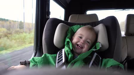 ülés : Baby boy laughs in the car in the chair
