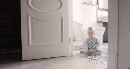 resent : Child make his first steps intdoor Stock Footage