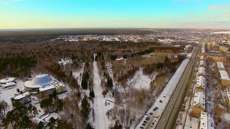 altura : Copter flies over the winter city, near the forest. Park recreation area