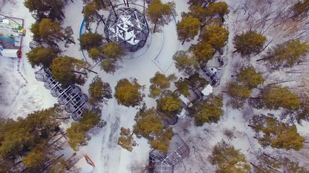 předměstí : Copter flies over the zoo. Look down at the cages with the animals Dostupné videozáznamy