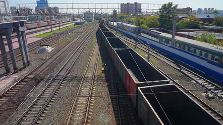 para a frente : Empty freight train leaves the station of the city of Novosibirsk