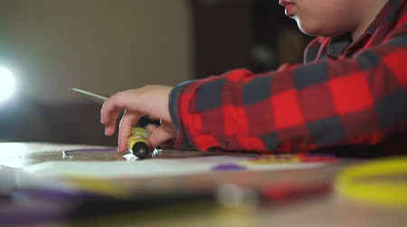filamento : The boy cuts off an extra piece of ABS plastic 3D pen. He creates a 3D figure from plastic. Stock Footage