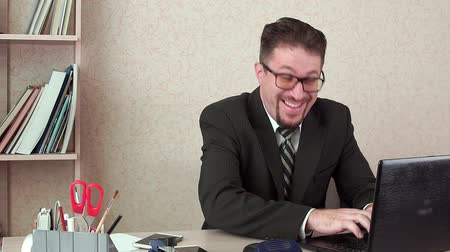 банкир : Funny office Manager, fun typing message in laptop. Hes in the workplace