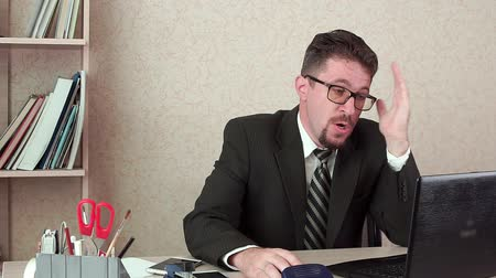 banqueiro : The evil office Manager male with a beard and glasses. Shouting at the laptop Stock Footage