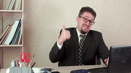 dificuldade : Happy office Manager man with beard and glasses. Happy, shows his thumb up.