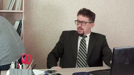 banqueiro : Office Manager a man with a beard is tired of working. A break in the workplace Stock Footage