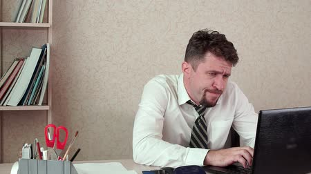 перегружены : Office Manager tired man working on a laptop. Стоковые видеозаписи