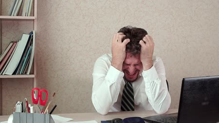 перегружены : The office Manager was man, a bad headache. He was tired of long work Стоковые видеозаписи
