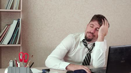 épuisement professionnel : Office Manager bearded man, bored, falls asleep at work. Hes sitting