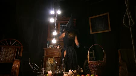 czary : Halloween witch in the hat conjures. Terrible evil Wideo