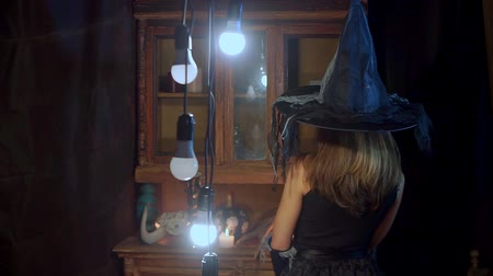 czary : Halloween witch in a hat holds a candle in his hands. Wideo