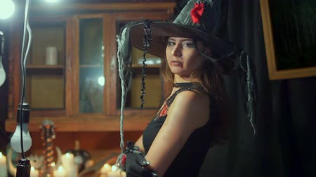 ijesztő : Halloween witch in a hat is looking into the camera. She dreams