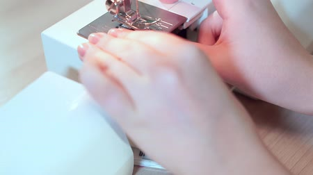 шов : Close-up, seamstress hands put a bobbin with thread in the sewing machine. Slow motion Стоковые видеозаписи