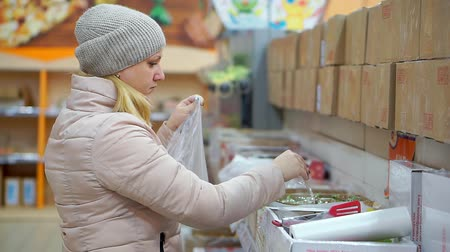 disperso : Woman puts sweetmeat marmalade in a plastic bag