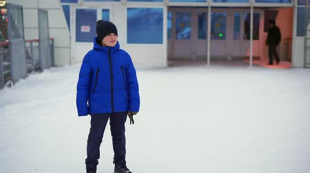miserável : Boy teenager in blue down jacket lost in the city. Hes at the train station, looks around.