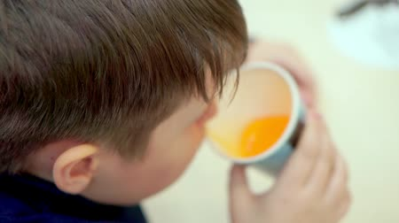 limonádé : Teen boy drinks lemonade in fast food cafe