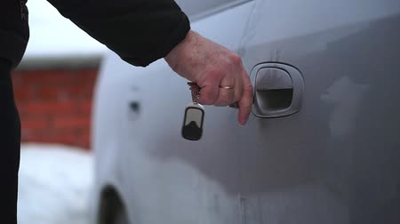 chargeur : A man opens the key to the frozen car door. It is very cold Vidéos Libres De Droits