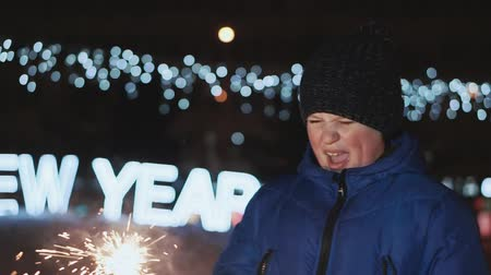 bengália : The boy on the street, New Years Eve. He holds a sparkler and waits for his father to light it. Stock mozgókép