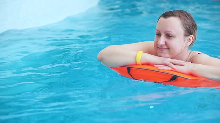 волнение : A middle aged woman is swimming in a pool.