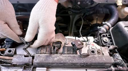 стартер : Timelapse - The car will not start, its cold outside. A man unscrews a car engine spark plug.
