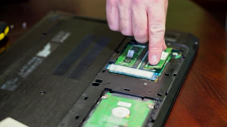 beran : Man installing memory. Laptop RAM upgrade