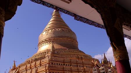 пагода : Huge pagoda in Bagan. Shwezigon pagoda.  Pigeons fly on the background of pagoda. Myanmar Pagoda.