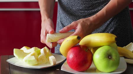 banany : Housewife cut banana for fresh smoothies. Useful fruit. Dietary breakfast. Wideo