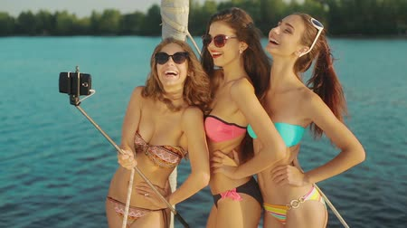 żaglówka : Girls do selfie on a yacht. Weekend on a yacht. Girlfriends rest on a yacht. Wideo