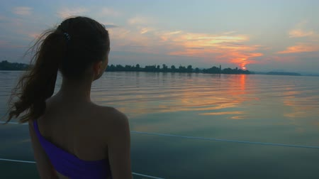 convés : Girl enjoying the sunset on the river. Girl on yacht. Night walk on the boat. Rest on the water.