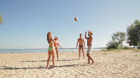 voleibol : Vacationers playing volleyball on the beach. Amateur volleyball. An amateur volleyball at rest.