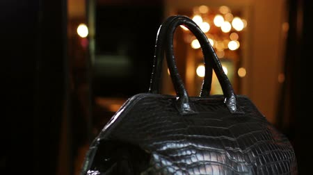 couro : Leather bag in the shop window of the boutique. Bag made of crocodile skin.