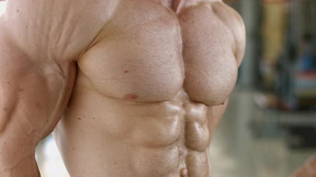 fisiculturismo : Bodybuilder with huge muscles. Stock Footage