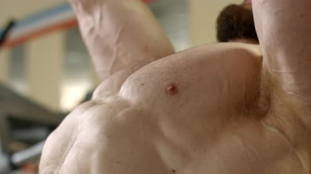 fisiculturismo : Athlete lifts a heavy weight. Stock Footage