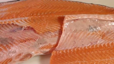 carne : Raw fish with red meat. Fish on white wooden background. Its all muscle tissue. Best salmon for sushi rolls. Vídeos