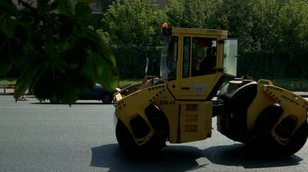 equipamento : Kiev, Ukraine - 27.07.2016. Yellow road roller. Quality repair of road. Work with new equipment.