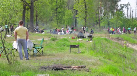 компания : People having a picnic. Green trees and grass. Relax and enjoy the weekend.