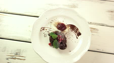 cukr : Dessert decorated with spun sugar. Ice cream and mint leaf. New sweet dish in cafe.