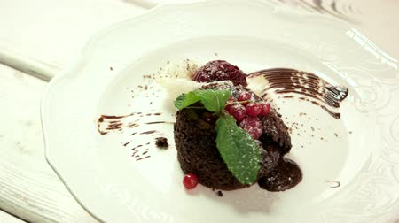 cukr : Lava cake on white plate. Dessert with fresh berries. Dish decorated with spun sugar. Dostupné videozáznamy